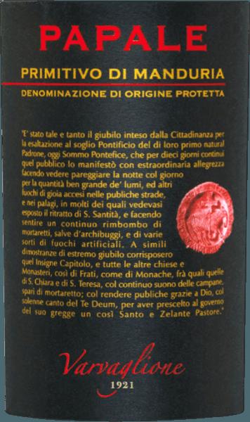 """De Papale Primitivo di Manduria uit Varvaglione is een van de paradepaardjes van de wijnmakerij. Deze buitengewone rode wijn komt in het glas met een helder paarsrood en kersenrode reflecties. De neus wordt gedomineerd door de meest intense tonen van rijp bessenfruit, vooral bramen, bosbessen en rode bessen. Kruidige tonen van bruine kandij, eikenhout, cacao en zoethout ronden het bouquet af van de Papale Primitivo di Manduria uit Varvaglione In de mond begint de Papale - Italiaans voor perzik - heerlijk rond, vol en zijdezacht. Zijn subtiele fruitzoetheid combineert uitstekend met zachte tannines en een harmonieus verweven fruitzoetheid. Vinificatie van de Papale Primitivo di Manduria uit Varvaglione Alleen druiven van bijzonder oude wijnstokken worden gebruikt voor deze top Primitivo uit Manduria. Na de oogst worden ze ontsteeld en geplet. Na een bepaalde maceratieperiode wordt de Papale Primitivo di Manduria overgebracht naar de fermentatietanks bij een temperatuur van 26-28°C. Na de gisting en de biologische zuurtransformatie wordt de Varvaglione Papale afgevuld in vaten van Frans eikenhout, waar hij 8 maanden kan rijpen. De Papale wijnserie werd gelanceerd ter gelegenheid van het 90-jarig bestaan van Varvaglione, dat in 2012 werd gevierd. De """"pauselijke"""" wijn dankt zijn naam overigens aan de wijngaard waar de druiven voor de Papale Primitivo groeien, omdat die ooit toebehoorde aan de familie van Paus Benedictus XIII. Aanbevolen voedsel voor de Varvaglione Papale Primitivo di Manduria Geniet van deze eersteklas Primitivo van oude wijnstokken bij kruidige vleesgerechten zoals lamsstoofpot met kaneel en kweepeer, bij gegrilde entrecote met gestoofde paprika's of gewoon bij exquise fijne chocolade. Prijzen voor de Papale Primitivo di Manduria uit Varvaglione Mundus Vini: goud voor 2017 Asio Wijn Trofee: Goud voor 2017 Concours Mondial de Bruxelles: Zilver voor 2017 Luca Maroni: 93 punten voor 2016"""