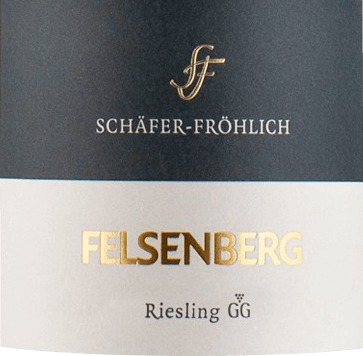 De lichtvoetige Bockenauer Felseneck Riesling Großes Gewächs van Schäfer-Fröhlich vloeit in het glas met een briljant lichtgeel. Bij het ronddraaien van het glas wordt deze witte wijn gekenmerkt door een fascinerende schittering, waardoor hij behendig in het glas danst. De eerste neus van de Bockenauer Felseneck Riesling Großes Gewächs getuigt van grapefruits, citroengras en kruisbessen. De fruitige hints van het bouquet worden aangevuld met meer fruitig-balsamico nuances In de mond begint de Bockenauer Felseneck Riesling Großes Gewächs van Schäfer-Fröhlich heerlijk droog, grijpbaar en aromatisch. Ondanks zijn droge verschijning in de mond, deze witte wijn verrukt met de fijnste smelt en fijn verweven restzoetheid. Dankzij de levendige fruitzuren presenteert de Bockenauer Felseneck Riesling Großes Gewächs zich indrukwekkend fris en levendig in de mond. In de afdronk overtuigt deze wijn uit het wijnbouwgebied Nahe met zijn aanzienlijke lengte. Ook hier zijn er toetsen van pomelo en citroen. In de afdronk komen minerale tonen van de door leisteen en zandsteen gedomineerde bodems. Vinificatie van de Bockenauer Felseneck Riesling Großes Gewächs uit Schäfer-Fröhlich De elegante Bockenauer Felseneck Riesling Großes Gewächs uit de Nahe is gemaakt van druiven van het ras Riesling. In de Nahe groeien de wijnstokken die de druiven voor deze wijn voortbrengen op bodems van leisteen, silicaatgesteente en zandsteen. Na de handoogst worden de druiven onmiddellijk naar de perserij gebracht. Hier worden ze gesorteerd en zorgvuldig uit elkaar gehaald. De gisting volgt bij gecontroleerde temperatuur. Spijsadvies voor de Schäfer-Fröhlich Bockenauer Felseneck Riesling Großes Gewächs Drink deze witte wijn uit Duitsland bij voorkeur goed gekoeld op 8 - 10°C als begeleider van preisoep, groentestoofpot met pesto of koolrollade.