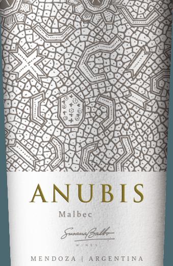 DeAnubis Malbec van Susana Balbo uit het Argentijnse wijngebied Mendoza is een zuivere, fluweelzachte en zachte rode wijn. In het glas schittert deze wijn in een rijk robijnrood met kersenrode accenten. De neus wordt gestreeld door het aroma van rijpe frambozen en zwarte bessen. In de mond overtuigt deze Argentijnse rode wijn met een heerlijk zachte body, die vakkundig wordt omhuld door aroma's van donker fruit en fluweelzachte tannines. Zelfs in de aangenaam lange afdronk is de volheid van het fruit nog aanwezig. Vinificatie van de Susana Balbo Anubis Malbec Na de zorgvuldige oogst van de Malbec druiven, worden de druiven naar Susana Balbo's wijnkelder gebracht. Daar worden de druiven eerst gekneusd en vervolgens gefermenteerd in roestvrijstalen tanks. Tenslotte rijpt deze wijn 4 maanden in barriques van Frans eikenhout. Spijs aanbeveling voor de Malbec Susana Balbo Anubis Geniet van deze droge rode wijn uit Argentinië bij pizzaklassiekers, gestoofde lamsbout in een kruidencoating of ook bij romige Camembert.
