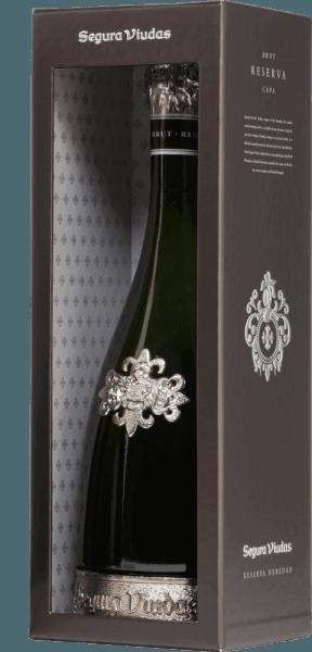 De Heredad Reserva Brut DO van Segura Viudas is een absolute premium cava gemaakt van de druivenrassen Macabeo (67%) en Parellada (33%). Niet alleen de decoratieve fles met de tinnen voet is een echte blikvanger, maar ook de schitterende goudgele kleur met zilveren reflecties. De perlage toont zich met duurzame en fijne parelsnoeren. In de neus presenteert deze mousserende wijn uit Spanje rijpe gisttonen met fruitige tonen van citrus en geel fruit. Het gehemelte wordt bedorven door tonen na gedroogde abrikoos en nuances van limoen en boshoning. De lange afdronk weerspiegelt opnieuw de heerlijke aroma's. Vinificatie van de Heredad Reserva Brut De druiven voor deze Cava uit Segura Viudas worden zorgvuldig met de hand geoogst. De Macabeo- en Parellada-druiven zijn afkomstig van 15-20 jaar oude wijnstokken. Na de eerste temperatuurgecontroleerde gisting in roestvrijstalen tanks, rijpt de wijn 30 maanden op de droesem (gisting op fles). Aanbevolen voedsel voor de Reserva Heredad Deze Cava past uitstekend bij de Aziatische keuken - zoals Nasi Goreng, Saté spiesjes met pindasaus of Curry Rendang - Spaanse tapas en bij fijne leverpastei en harde kazen. Onderscheidingen voor de Segura Viudas Heredad Vinum: 17 punten Mundus Vini: Zilveren medaille (toegekend 2016) Guía Peñín: 92 punten (toegekend 2015)