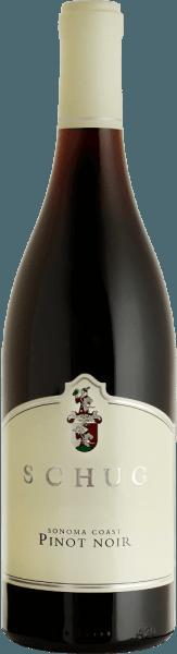 DePinot Noir Sonoma Coast van Schug Winery schittert in het glas in een robijnrode kleur met granaatrode reflecties De expressieve aroma's doen denken aan sappige kersen, rijpe aardbeien met hints van specerijen. Door de rijping op hout geniet het gehemelte van rassentonen met subtiele houttonen. De tanninestructuur is perfect geïntegreerd in de fluweelzachte textuur. De afdronk van deze rode wijn is heerlijk lang en evenwichtig. Vinifcatie van de Schug Pinot Noir Sonoma Coast Deze rode wijn is gevinifieerd in de stijl van een Villages uit de Bourgogne. Na de handmatige oogst van de Pinot Noir druiven uit de groeigebiedenCarneros, Sonoma County, North Coast, Mendocino County en North Coast, worden de druiven voorzichtig geperst. Het beslag wordt vervolgens gefermenteerd in roestvrijstalen tanks. Voor de fijne houttonen en tannines wordt deze rode wijn gerijpt in grote Franse eiken vaten. Spijs aanbeveling voor de Sonoma Coast Pinot Noir van Schug Winery Deze droge rode wijn is de perfecte begeleider van paddestoelgerechten met spaetzle, in spek gewikkelde varkensmedaillons en bonen, of sauerbraten met knoedels en rode kool. Prijzen voor de Schug Winery Sonoma Coast Pinot Noir James Suckling: 93 punten voor 2015 Proeverij: Zilveren medaille en 89 punten voor 2015