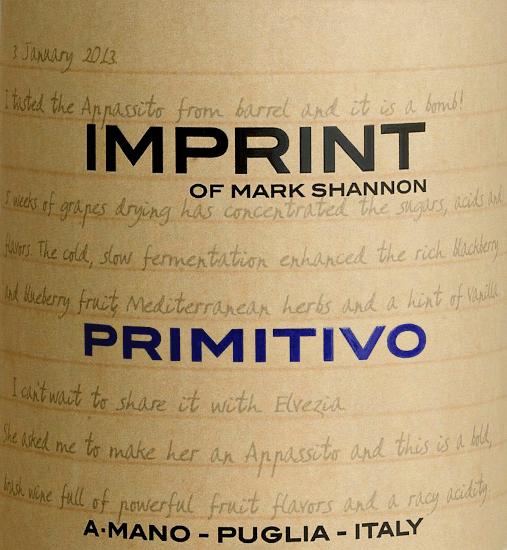 De Imprint Primitivo van A Mano weerspiegelt de persoonlijkheid van wijnmaker Mark Shannon. Een krachtige, raszuivere rode wijn die ook een zachte, fluweelzachte kant heeft die bij elke slok een glimlach op de lippen tovert. In het glas straalt deze wijn donker robijnrood. Het bouquet onthult heerlijke aroma's van rood fruit - te beginnen met rijpe aardbeien, sappige rode aalbessen en zoete kersen. Het gehemelte wordt verwend door de expressieve fruitvolheid en een verfrissende zuurgraad. De fluweelzachte textuur harmonieert perfect met de zachte, zoete tanninestructuur. De finale biedt een prachtige lengte en chocoladeachtige nuances. Vinificatie van de A Mano Imprint Primitivo De Imprint Primitivo van A Mano is een project uit het hart van Mark Shannon, die al in 2012 het potentieel van de Apulische wijnstokken onderkende voor Appassimento wijnen in de stijl van Ripasso en Amarone. Dus ook deze wijn wordt uitsluitend gemaakt van gedroogde Primitivo druiven. In tegenstelling tot Amarone & Co. hoeft hij niet lang te worden opgeslagen, maar komt hij drinkklaar van de wijnmakerij. Hoewel sterk in alcohol, inspireert hij zoals alle wijnen van A Mano met een aanzienlijke frisheid en een mooie lengte. Aanbevolen voedsel voor de A Mano Primitivo Imprint Geniet van deze droge rode wijn uit Italië bij Italiaanse pastagerechten met pittige, sterke sauzen, runderragout met lintnoedels of ook bij gerijpte kaassoorten.