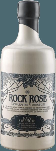De Rock Rose Navy Strength Gin van de Dunnet Bay Distillery toont zich duidelijk in het glas en ontvouwt aroma's van dennenlimoen, lijsterbessen, meidoorn en bosbessen. Vergeleken met de Rock Rose Gin, is de Navy Strength Gin iets aardser. De benaming van deze high-proof gin als Navy Strength Gin ligt in de geschiedenis van de Royal Navy. De officieren dronken graag een goede gin tijdens lange overtochten, maar deze mocht niet worden verdund zoals voor de normale bemanning. Daarom had de gin voor de officieren een sterkte van 114 proof, d.w.z. 57% alcohol. Serveeradvies voor de Rock Rose Navy Strength Gin van de Dunnet Bay Distilleerderij Geniet van de Navy Strength puur of in een klassieke Gin&Tonic. Aanbeveling van de Dunnet Bay Distillery - Rock Rose Gin en Jam Cocktail 5 cl Rock Rose Navvy Strenght Gin 2 cl citroensap 1 theelepel jam wat eiwit Shake alle ingrediënten krachtig met ijs en serveer de cocktail met een extra lepel jam als decoratie.