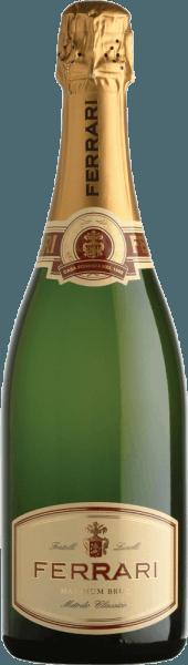 Wat een frisse, levendige en sprankelende spumante van een Chardonnay-selectie met intens gouden kleur. Levendig en aanhoudend in de neus met hints van rijp fruit, knapperig brood, hazelnoten en bloemengeuren. Elegant en harmonieus, verleidt hij het gehemelte met tonen van vanille en gist.Zeven jaar in de fles gerijpt, krijgt Ferrari's Maximum Brut nu langzaam drinkrijpheid en zal de komende acht jaar nog meer karakter toevoegen. Na een uitgebreide rijping op fles wordt een kleine hoeveelheid likeur, een mengsel van suiker en geselecteerde wijnen, aan de heldere spumante toegevoegd om hem zijn onvergelijkbare bouquet en uitgesproken harmonie te geven. Met zijn relatief lage koolzuurgehalte kan hij een hele maaltijd begeleiden. Onderscheidingen voor Ferrari Maximum Brut by Ferrari Gambero Rosso: 2 glazen 2010Duemilavini: 4 druiven