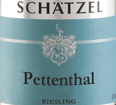 De Riesling Nierstein Pettenthal Großes Gewächs van Weingut Schätzel in Rheinhessen onthult een briljante, lichtgele kleur in het glas. Deze wijn vertoont ook goudgele reflecties in het centrum. Als je hem wat lucht geeft door te wervelen, wordt deze witte wijn gekenmerkt door een fascinerende lichtheid die hem pittig doet dansen in het glas. Het bouquet van deze witte wijn uit Rheinhessen is boeiend met tonen van moerbei, zwarte bes, bosbes en braam.Het is juist het fruitige karakter dat deze wijn zo bijzonder maakt Deze Duitse wijn bekoort door zijn elegant droge smaak. Het werd gebracht met slechts 4 gram restsuiker op de fles. Hier gaat het om een echte kwaliteitswijn, die zich duidelijk onderscheidt van eenvoudiger kwaliteiten en zo betovert deze Duitse wijn op natuurlijke wijze met het fijnste evenwicht met alle droogheid. Voor aroma is niet per se veel restsuiker nodig. Lichtvoetig en complex, presenteert deze dichte witte wijn zich in de mond. Dankzij de levendige fruitzuren is de Riesling Nierstein Pettenthal Großes Gewächs indrukwekkend fris en levendig in de mond. In de afdronk inspireert deze witte wijn uit het wijnbouwgebied Rheinhessen uiteindelijk met een aanzienlijke lengte. Opnieuw verschijnen hints van zwarte bessen en bosbessen. Vinificatie van de Riesling Nierstein Pettenthal Großes Gewächs van Landgoed Schätzel Deze elegante witte wijn uit Duitsland is gemaakt van het druivenras Riesling. Riesling Nierstein Pettenthal Großes Gewächs is door en door een Oude Wereld wijn, want deze Duitse wijn ademt een buitengewone Europese charme die het succes van Oude Wereld wijnen duidelijk onderstreept. Het feit dat de Rieslingdruiven gedijen onder invloed van een tamelijk koel klimaat heeft ook een aanzienlijke invloed op de rijping van de druiven. Dit resulteert onder andere in bijzonder lange en gelijkmatige druiven en een tamelijk gematigd alcoholgehalte in de wijn. Na de druivenoogst worden de druiven onmiddellijk naar de perserij gebracht. Hier worden 
