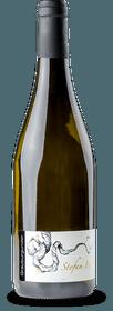 De Pinot Gris van Stefan Bönsch is een ongewone witte wijn uit Saksen. Reeds in de neus inspireert deze wijn uit het Elbland met exotisch aandoende geuren van bloedsinaasappelen, abrikozen en wat honing, in de mond presenteert hij zich vol en romig met een tedere aftekening van rijpe tannines door de gedeeltelijke opslag in het houten vat. Lang en finesse-rijk vertrek. Vinificatie van de Grauburgunder door Stefan Bönsch De druiven voor deze voortreffelijke Pinot Gris groeien op de Burgberg Niederwartha, een historische wijngaard aan de noordkant van de Elbe, die Stefan Bönsch nieuw leven heeft ingeblazen. Ze werden zeer rijp geoogst en tot 50% gerijpt in Saksische eiken vaten.