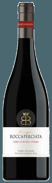 DeRoccaperciata Nero d'Avola - Syrah Sicilia IGT van Roccaperciatais diep donker en overtuigt met persoonlijkheid en temperament. Dankzij zijn evenwichtige, fruitige, geconcentreerde en tanninerijke karakter harmonieert hij uitstekend met oude kazen. Hij bestaat uit gelijke delen Nero d'Avola, de belangrijkste autochtone druivensoort van Sicilië, en Syrah, de populaire internationale druivensoort.