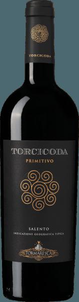 De Torcicoda Primitivo Salento IGT van Tormaresca fonkelt in het glas in een intens robijnrood en ontvouwt een complex bouquet, met aroma's van rijpe, pruimen en zwarte kersen, gevolgd door kruidige tonen van vanille en pure chocolade. In de mond is deze Primitivo droog, zacht, evenwichtig, van een mooie complexiteit, met aanwezige, zachte tannines, aangenaam smakend. De afdronk is harmonieus, aantrekkelijk en aanhoudend lang. Vinificatie van de Tormaresca Torcicoda Primitivo Salento IGT De druiven voor deze single-varietal Primitivo worden geoogst op het optimale rijpheidstijdstip. Na de persing wordt de most overgebracht in roestvrijstalen tanks, geweekt en onderworpen aan een alcoholische gisting gedurende 15 dagen op de schillen bij een gecontroleerde temperatuur van 26°C. Tijdens dit proces verbruikt de most bijna al zijn suiker. Nadat de schillen zijn verwijderd en de wijn is overgebracht in Franse en Hongaarse eiken vaten, ondergaat hij een malolactische gisting en rijpt hij vervolgens 10 maanden in dezelfde vaten. Na het bottelen rijpt de wijn nog 8 maanden in de fles voordat hij te koop wordt aangeboden. Aanbevolen voedsel voor de Torcicoda Primitivo Salento IGT uit Tormaresca Geniet van deze mooie rode wijn uit Puglia bij vleeswaren, stevige pasta's, wild, gestoofde lamsbout of halfzachte tot rijpe kazen.Het wordt aanbevolen de Torcicoda 1 tot 2 uur voor het opdienen te openen. Onderscheidingen van de Torcicoda Primitivo Salento IGT uit Tormaresca Gambero Rosso: 1 glas voor 2015, 2 glazen voor 2014 Falstaff: 92 punten voor 2015 James Suckling: 91 punten voor 2015 en 2014 Wijnadvocaat Robert M.Parker: 90 punten voor 2013