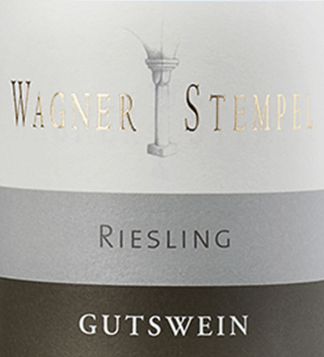 The Riesling trocken from Wagner-Stempel is a pure, lively and fresh white wine from the German wine-growing region of Siefersheim in Rheinhessen. The Riesling grapes come from organic farming. In the glass this wine presents itself in a clear, light yellow colour with green highlights. The bouquet is convincing with fruity aromas of apricot fruit, green apples and sun-ripened citrus fruits. The apricot fruit also comes to the fore on the palate with this German white wine and is accompanied by a fresh, animating acidity. The mineral and extract-emphasized body gives the Wagner-Stempel Riesling a perfectly integrated, medium volume. All components are well balanced and lead to a pleasant finish. Vinification of the Wagner-Stempel Riesling dry The organically cultivated Riesling grapes come from the most diverse locations of the Siefersheim vineyards. The vines are mostly rooted in sandy loam with porphyry weathered rock in the subsoil. The grapes are harvested exclusively by hand and strictly selected. As soon as the grapes arrive in the wine cellar of Wagner-Stempel, the must is fermented in stainless steel tanks. This white wine is then aged both in stainless steel tanks and in traditional German oak barrels. Recommended food for Riesling trocken Wagner-Stempel Enjoy this dry white wine from Germany with fresh fish with fine lemon sauce, mussels in white wine stock or even with prawns with garlic dip.