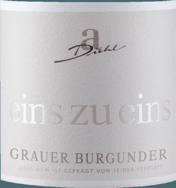 """De Pinot Gris uit de serie """"Eins zu Eins"""" van het wijnhuis A. Diehl presenteert zich met een mooie wit-gouden kleur in het glas. Deze witte wijn uit de Pfalz overtuigt met een fruitig, pittig en mineraal bouquet vol rijpe peren en appels, aangevuld met delicate notentonen en mineraal-kruiden ondertonen. In de mond begint de Eins zu Eins Pinot Gris fris, fruitig en heerlijk smeltend. Fruitzuren en restzoetheid zijn uitstekend in balans en geven deze Pfalz-interpretatie van Pinot Grigio veel drinkbaarheid. In de finale komt de A. Diehl Pinot Grigio met veel druk, veel versmelting en een mineraal-frisse afdronk. Vinificatie van de A. Diehl Pinot Grigio Eins zu Eins Zoals gebruikelijk in de Eins zu Eins wijnserie, is deze Pinot Gris van Andreas Diehl absoluut single-varietal gevinifieerd. De vinificatie vindt plaats in roestvrijstalen tanks, zodat de wijn het karakter van de druivensoort zo onvervalst mogelijk in het glas weerspiegelt. Aangezien de familie Diehl hun Pinot Gris als Kabinett-Prädikatswein vinifieert, zijn alle """"kunstgrepen"""", zoals het versuikeren van de most en dergelijke, bij wet verboden. Zo verbindt A. Diehl zich vrijwillig tot nog hogere kwaliteit. Zijn vrouw Alexandra-Isabell Diehl verwoordt het in een notendop """"In onze """"één-op-één""""-wijnen zijn het druivenras en de wijngaard, maar ook het klimaat en de beslissingen van een heel wijnjaar, onmiskenbaar aanwezig. Authentiek en onderscheidend."""" Spijs aanbeveling voor de Grauer Burgunder één op één Wij bevelen de Grauer Burgunder van A. Diehl aan bij asperges met botersausjes, kalfsterrine of bij Tafelspitz."""