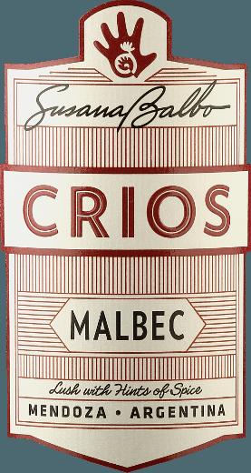 De Crios Malbec van Susana Balbo is een uitstekende, raszuivere en evenwichtige rode wijn uit het Argentijnse wijngebied Mendoza In het glas glinstert deze wijn in een aantrekkelijk donkerrood met violette accenten. Het expressieve bouquet onthult tonen van sappige bramen, rijpe kersen en gekneusde bosbessen - subtiel ondersteund door florale tonen van viooltjes en vanille. In de mond heeft deze wijn een prachtig evenwicht tussen de rijkdom aan donker fruit en de zijdezachte tanninestructuur. De evenwichtige body laat zich heerlijk inpalmen door het frisse karakter van deze Argentijnse rode wijn. De afdronk heeft een aangename lengte. Vinificatie van de Susana Balbo Crios Malbec Na de zorgvuldige oogst van de Malbec druiven in de wijngaarden van Susana Balbo in Mendoza, worden de druiven onmiddellijk naar de wijnkelder gebracht. Bij een gecontroleerde temperatuur wordt het beslag gefermenteerd in roestvrijstalen tanks. Deze wijn ondergaat nog een maceratie van 25 dagen. Ten slotte rijpt deze rode wijn 10 maanden in barriques van Frans eikenhout. Spijs aanbeveling voor de Malbec Susana Balbo Crios Deze droge rode wijn uit Argentinië is precies de juiste wijn voor gezellige barbecues met familie en vrienden. Maar ook aan klassieke burgergerechten met zoete aardappelfrietjes een waar genoegen. Onderscheidingen voor de Crios Malbec van Susana Balbo Decanter: 93 punten voor 2017 Descorchardos: 90 punten voor 2017 James Suckling: 90 punten voor 2017 Robert M. Parker - The Wine Advocate: 90 punten voor 2017