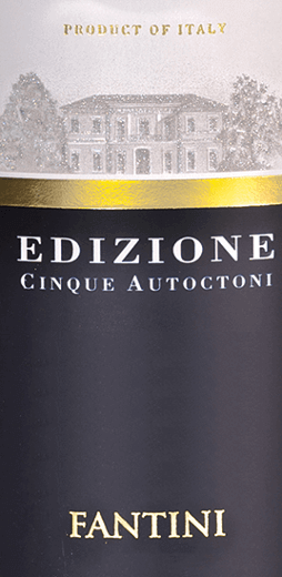 De Edizione Cinque Autoctoni van Farnese Vini onthult zich in een diep granaatrood in het glas. Als we de neus diep in het grote Bordeaux-glas houden, ontvouwen zich heerlijke aroma's van rijpe donkere kersen, zwarte bessen en verder donker fruit als pruimen en bramen. Nuances van kruiden, kaneel, kruidnagel, cacao en zoethout ronden het bouquet af. Een minerale adem onderlijnt het bouquet van de Cinque Autoctoni perfect. De Edizione Cinque Autoctoni van Farnese bekoort in de mond met zijn grote structuur en een uitstekend evenwicht tussen volheid en frisheid. Fluweelzachte tannines structureren deze rode wijn voortreffelijk. In de lange nagalm opnieuw veel fruit en minerale nuances. Vinificatie van de Edizione Cinque Autoctoni Deze cuvée is samengesteld uit de druivensoorten Montepulciano, Primitivo, Sangiovese, Negroamaro en Malvasia Nera. Na de oogst en de zachte maceratie van de druiven, vindt de gisting plaats over een periode van 25 dagen. De malolactische gisting en de rijping van 13 maanden vinden plaats in barriques. Aanbevolen eten voor de Edizione Cinque Autoctoni Geniet van deze droge rode wijn bij stevige hors d'oeuvres, rood vlees of halfrijpe en rijpe kazen. Onderscheidingen voor de Farnese Cinque Autoctoni Bibenda: 5 druiven voor 2017 Luca Maroni: 99 punten voor 2017, 2016, 2015 en 2014 Berlijn Wijn Trofee: Goud voor 2016 en 2014 AWC Vienna International Wine Challenge: Goud voor 2016 AWC Vienna International Wine Challenge: Zilver voor 2015 Decanter: Zilver voor 2015 Mundus Vini: Zilver voor 2015
