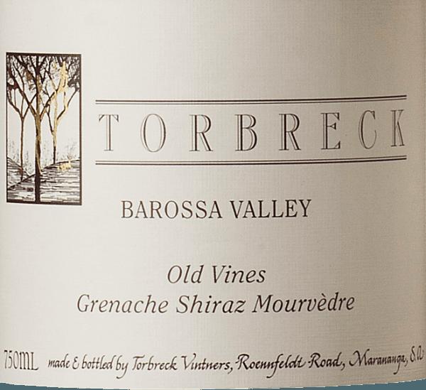 De Old Vines GSM van Torbreck Vintners toont zich in een dicht donkerrood in het glas. Het bouquet van deze cuvée verleidt met aroma's van zwarte kersen, crème de cassis en subtiele hints van zoethout en mediterrane kruiden. Deze Australische cuvée is stevig in de mond met aanhoudend fruit dat wordt ondersteund door subtiel leer en hout. De afdronk is heerlijk lang en heeft een kruidige noot. Deze rode wijn van Torbreck overtuigt alle zintuigen met zijn fruitgedreven, kruidige en volle karakter. Vinificatie van de Torbreck Old Vines GSM De druiven Grenache (62%), Shiraz (22%) en Mourvedre (16%) voor deze charmante cuvée zijn afkomstig van 40 tot 50 jaar oude wijnstokken. Na de gisting rijpt deze rode wijn 24 maanden in barriques van Frans eikenhout. Aanbevolen voedsel voor de Old Vines GSM Torbreck Vintners Geniet van deze droge rode wijn bij de Franse keuken, steaks, gegrild vlees, gestoofde gerechten of pittige kazen.