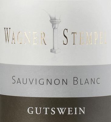 De Sauvignon Blanc dry van Wagner-Stempel uit het Duitse wijnbouwgebied Siefersheim in Rheinhessen is een frisse, uitgesproken minerale en rasechte witte wijn, gevinifieerd van biologisch geteelde druiven. In het glas schittert deze wijn met een heldere, bleekgele kleur met platinagouden accenten. Deze Duitse biologische witte wijn heeft een klassieke neus van rijpe kruisbessen, zongerijpte grapefruits, cassis en vers gemaaid gras. Strak en schoon, zeer elegant met frisse zuren en duidelijke minerale body, presenteert de Wagner-Stempel Sauvignon Blanc zich in de mond. Groene cassisblaadjes voegen zich bij het geurenspel en verenigen zich met kruisbessen en vers gemaaid gras. Een wijn met een geweldige balans en een goede afdronk die een goede diepte heeft zonder te willen pronken. Vinificatie van de Wagner-Stempel Sauvignon Blanc De Sauvignon Blanc druiven voor deze witte wijn zijn afkomstig van de verschillende locaties van de Siefersheim wijngaarden. De wijnstokken zijn geworteld in overwegend zandige tot steenachtige leem met porfier verweerd gesteente in de ondergrond. De druiven worden uitsluitend met de hand geplukt en geselecteerd in de wijnkelder van Wagner-Stempel. Zowel het gistingsproces als de rijping van deze witte wijn vindt plaats in roestvrijstalen tanks. Spijsadvies voor de Sauvignon Wagner-Stempel Geniet van deze droge witte wijn uit Duitsland bij klassieke aspergegerechten met peterselieaardappelen, gestoomde vis met knapperige groenten of bij jonge kazen.