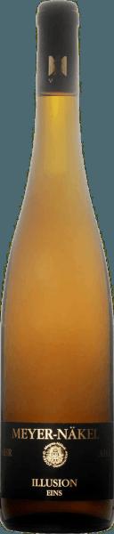 De op vat gerijpte Illusion One uit het wijnbouwgebied van de Ahr openbaart zich in het glas in helder kopergoud. De neus van deze Meyer-Näkel Blanc de Noir toont allerlei soorten pruimen, kweeperen, appels, morellen kersen en peren. Alsof dat nog niet indrukwekkend was, voegt de rijping in kleine houten vaten nog meer smaken toe zoals zonverwarmde rotsen en bosgrond De Meyer-Näkel Illusion One presenteert zich heerlijk droog aan de wijnkenner. Deze Blanc de Noir komt nooit grof of mager over, zoals men zou verwachten van een wijn in de hoge kwaliteitswijnklasse. Op de tong wordt deze goed uitgebalanceerde Blanc de Noir gekenmerkt door een ongelooflijk smeltende textuur. Dankzij de levendige fruitzuren is de Illusion One heerlijk fris en levendig in de mond. In de afdronk inspireert deze Blanc de Noir uit het wijnbouwgebied van de Ahr uiteindelijk met een aanzienlijke lengte. Ook hier zijn er hints van nashi peer en pruim. In de afdronk komen minerale tonen van de door zandsteen en leisteen gedomineerde bodem. Vinificatie van de Illusie Eins van Meyer-Näkel De evenwichtige Illusion One uit Duitsland is een single-varietal wijn gemaakt van het druivenras Pinot Noir. In het Ahrgebied groeien de wijnstokken die de druiven voor deze wijn voortbrengen op bodems van leisteen en zandsteen. De druiven voor deze Blanc de Noir uit Duitsland worden uitsluitend met de hand geoogst wanneer ze perfect rijp zijn. Na de oogst worden de druiven onmiddellijk naar de wijnmakerij gebracht. Hier worden ze geselecteerd en zorgvuldig vermalen. De gisting volgt in roestvrijstalen tanks en klein hout bij gecontroleerde temperaturen. De gisting wordt gevolgd door een rijping van 6 maanden in eiken barriques. Voedingsadvies voor de Meyer-Näkel Illusion One Geniet van deze Blanc de Noir uit Duitsland het best zeer goed gekoeld op 5 - 7°C als begeleider van groentesalade met rode biet, aspergesalade met quinoa of geroosterde forel met gemberpeer.