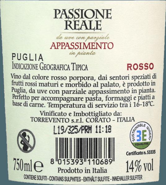 De Passione Reale Appassimento Puglia IGT van Torrevento schittert in een intense robijnrode kleur met violette reflecties wanneer hij jong is. Met een beetje rijpheid verandert de kleur in granaatrood. De neus opent met een intens, vol en geurig bouquet vol donkere bessen en sappige kersen. Daarnaast zijn er kruidige noten. Peper, cacao en zoethout zijn ook merkbaar in de mond. In combinatie met de fruitige volheid is de Appassimento van Torrevento een zeer harmonische rode wijn met een bijna eindeloze afdronk. Vinificatie van de Passione Reale Appassimento uit Apulië De wijnstokken komen van het Murga-plateau, waar ze kalkhoudende grond vinden. Door de klimatologische omstandigheden kunnen de druiven direct aan de wijnstok uitdrogen. Dit concentreert de aroma's en ook het suikergehalte in de bessen. Deze traditionele methode is verantwoordelijk voor de typische Appassimento toon. Na de gisting wordt de wijn gerijpt en gerijpt in gelijke delen in roestvrij staal en in grote houten vaten. Aanbevolen voedsel voor dePassione Reale Appassimento Nero di Troia uit Torrevento Geniet van deze Appasimento rode wijn uit Italië bij wildgerechten, steaks vers van de grill of ook bij gerijpte kazen.