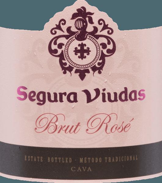 De Brut Rosado DO van Segura Viudas onthult zich in een briljant helder aardbeirood met zalmreflecties. Een fijne, opulente en persistente mousseux die een mooie kroon oplevert. Jeugdige aroma's van aardbeien, rode bessen en grenadine verrijken de neus. Deze cava is verfrissend in de mond, met een intens fruitige smaak vol kersenfruit en een lichte, evenwichtige zuurgraad. De zachte afdronk geeft het een heerlijk ontgrendeld evenwicht. De Trepat-druif zorgt voor de frisheid van het fruit, het aroma en de finesse, terwijl de Garnacha-druif de smaak versterkt. Vinificatie van de Brut Rosado De druiven worden met de hand geoogst, ontsteeld, geperst en geklaard. De resulterende most wordt gedurende 24 uur statisch gedecanteerd om de fruitigheid en de elegantie te bevorderen. Vervolgens vindt, gescheiden door druivensap, de eerste en tweede gisting plaats met geselecteerde giststammen om structuur, complexiteit en een mooie mousseux te geven. Vóór het bottelen worden aan deze cava verschillende toevoegingen gedaan, zodat in de fles een tweede alcoholische gisting plaatsvindt. Daarna volgt een rijping van ten minste 12 maanden op de droesem, meestal 18 tot 20 maanden. Na afloop van de opslag wordt de dode gist in de flessenhals eerst geconcentreerd en ten slotte onder schok ingevroren en ontgist (verwijderd) tijdens een enkele weken durend bezinkingsproces. De fles wordt nu gevuld met een exclusief samengestelde dosering, gekurkt, geëtiketteerd en verzonden. Spijs aanbeveling voor de Cava Rosado Brut Serveer deze Cava Rosado als stijlvol aperitief of bij sushi, tapas, zeevruchtensalades en voorgerechten met vis en groenten. Hij smaakt ook heerlijk bij zeevruchtenijs (arroz de marisco) of gegrilde tonijn. Onderscheidingen voor de Segura Viudas Rosado Brut Berlijn Wijn Trofee: Goud De Champagne & Mousserende Wijn Wereldkampioenschappen UK: Zilver