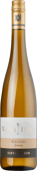 De Siefersheim Riesling Porphyry van Wagner-Stempel is een buitengewoon minerale, rasechte en frisse witte wijn uit het Duitse wijnbouwgebied Siefersheim in Rheinhessen. De Riesling-druiven worden geteeld volgens biologische landbouwmethoden. In het glas schittert deze wijn in een helder lichtgeel met platinagouden accenten. Het complexe bouquet onthult intense aroma's van sappige perziken uit de wijngaard en zongerijpte abrikozen - perfect ondersteund door vegetale tonen van munt en citroenmelisse. In de mond onthult deze Duitse witte wijn een ongelooflijk minerale body vergezeld van een frisse en levendige zuurgraad. De prachtige complexiteit geeft de Wagner-Stempel Siefersheim Riesling Porphyry een perfecte structuur. De afdronk komt met een mooie lengte. Vinificatie van de Wagner-Stempel Siefersheimer Porphyr Riesling De druiven komen van de beste Riesling percelen in Siefersheim. De bodems zijn uitgesproken stenig met skeletrijk zand, grind en klei. In de ondergrond kan porfiergesteente worden aangetroffen. De rieslingdruiven worden met de hand geoogst en reeds in de wijngaard streng geselecteerd. In de wijnkelder van Wagner-Stempel worden de druiven eerst gefermenteerd in roestvrijstalen tanks. Na de gisting rijpt deze witte wijn zowel in roestvrijstalen tanks als in traditionele Duitse eiken vaten. Spijsadvies voor de Porphyr Riesling Siefersheim Wagner-Stempel Deze droge witte wijn uit Duitsland is een uitstekende begeleider van Vitello Tonnato, van gegrilde zalm met couscous of ook van gekruide kabeljauwfilet op salade met kruidensaus.