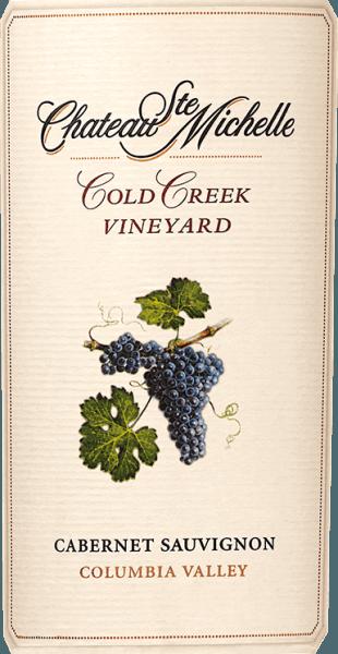 DeCold Creek Cabernet Sauvignon van Chateau Ste. Michelle is een heerlijke, single-vineyard rode wijn uit de Columbia Valley wijnregio in de staat Washington. Een diep, zeer dicht paarsrood met violette accenten presenteert zich in het glas van deze wijn. Het veelgelaagde, fruitige bouquet wordt gekenmerkt door fijne aroma's van rijpe bramen, zwarte bessen, cassis en zwarte kersen. Daarnaast is er veel kruidigheid - ook minerale nuances - discrete houttonen en wat zoethout. Met een sappige, zachte en toch krachtige body weet deze Amerikaanse rode wijn het gehemelte te overtuigen. De uitstekende structuur wordt ondersteund door merkbare, zacht gerijpte tannines. Het aanwezige donkere fruit begeleidt in de lange nagalm met een fijne fruitzoetheid Vinificatie van de Ste. Michelle Cabernet Sauvignon Cold Creek De druiven voor deze rode wijn zijn afkomstig van 35 jaar oude wijnstokken die goed gedijen op de Cold Creek wijngaard. Wanneer de bessen optimaal rijp zijn, worden ze geoogst en onmiddellijk naar de wijnmakerij gebracht. Daar worden de druiven eerst volledig ontsteeld en vervolgens vergist. Het beslag wordt dagelijks overgepompt in de roestvrijstalen tanks. Nadat de gisting is voltooid, wordt 82% van deze wijn gerijpt in Amerikaanse eiken vaten (eenderde) en Franse eiken vaten (tweederde). De resterende 18% rust in de roestvrijstalen tanks. Aanbevolen voedsel voor de Cold Creek Cabernet Ste Michelle Geniet van deze droge rode wijn uit de VS bij gestoofde lamsbout in kruidenjasje, Aziatisch bereid varkensvlees, pastagerechten in sterke sauzen of ook bij pittige kazen. Wij raden aan deze wijn minstens een uur te decanteren alvorens te drinken. Onderscheidingen voor de Cabernet Sauvignon Cold Creek Ste. Michelle Robert M. Parker - The Wine Advocate: 92 punten voor 2013