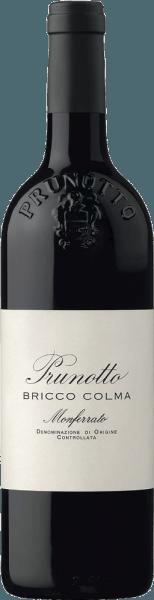 """De Bricco Colma Monferrato Piemonte DOC van Prunotto schittert in een zeer diep robijnrood met violette reflecties in het glas, op de neus maakt hij indruk met dichte aroma's van zure kersen, specerijen en grafiettonen op de achtergrond. Complex, weelderig, innemend en elegant, presenteert deze uitzonderlijke rode wijn zich in de mond, krachtig met ronde, sappige tannines en de zuurgraad die typisch is voor de druif, die hem een heerlijke frisheid geeft. De afdronk is lang, intens en aanhoudend. Vinificatie van de Bricco Colma Monferrato Piemonte DOC door Prunotto De gelijknamige wijngaard in de gemeente Calliano geeft zijn naam aan deze single-varietal cru. De Bricco Colma wordt gevinifieerd van 100% Albarossa, een druivenras dat in de jaren 1930 is ontstaan uit een kruising tussen Nebbiolo en Barbera. De bodems worden hoofdzakelijk gekenmerkt door kleiige mergel en zandige aders. De druiven, zeer gezond en evenwichtig in hun componenten, worden ontsteeld en geperst in de kelder, gevolgd door maceratie op de schillen en alcoholische gisting bij een gecontroleerde temperatuur gedurende 10 dagen. De langzame malolactische gisting is volledig voltooid tegen eind maart van het volgende jaar. Na een rijping van een jaar in Franse barriques wordt de wijn gebotteld en rijpt hij nog 15 maanden in de fles voordat hij voor de verkoop wordt vrijgegeven. Spijsadviezen voor de Bricco Colma Monferrato Piemonte DOC van Prunotto Geniet van deze krachtige rode wijn als perfecte begeleider van gebraad, gestoofd vlees, gebroeid vlees zoals de traditionele """"Bollito"""", evenals half-rijpe kazen. De Bricco Colma is nu al goed te drinken, maar hij heeft nog ontwikkelingspotentieel. Het moet ongeveer 2 uur voor het serveren worden geopend. Onderscheidingen voor de Bricco Colma Monferrato Piemonte DOC van Prunotto Gambero Rosso: 1 glas voor 2012 Bibenda: 4 druiven voor 2012 I Vini di Veronelli: 90 punten voor 2011 en 2012 James Suckling: 95 punten voor 2011 Duemilavini: 3 druiven voor 2006 e"""