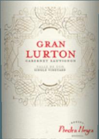 De Gran Lurton is een prachtige, expressieve cuvée van rode wijn van de druivenrassen Cabernet Sauvignon (80%) en Malbec (20%). In het glas schittert deze wijn in een diep robijnrood met inktachtige highlights. Het karakteristieke bouquet onthult aroma's van rijpe bessen, sappige morellen kersen en verse pruimen. Daarnaast komen fijne nuances van de eiken rijpheid erbij. In de mond is deze Argentijnse rode wijn aangenaam droog met een krachtige body die tegelijkertijd wordt omhuld door zachte tannines. De elegante structuur van de Cabernet Sauvignon verenigt zich tot een prachtige harmonie met het kruidige karakter van de Malbec. De afdronk overtuigt met een elegante lengte. Vinificatie van de Cabernet Sauvignon Gran Lurton De druiven voor deze rode wijn groeien aan de voet van de Andes in het wijnbouwgebied Mendoza. De bessen worden zorgvuldig geoogst en geselecteerd in de wijnkelder van Lurton. Het beslag wordt gefermenteerd in roestvrijstalen tanks. Dit wordt regelmatig overgepompt - zoals bij een Bordeaux-wijn. Deze rode wijn rijpt vervolgens 12 maanden innieuwe, kleine houten vaten van Allier, Troncais en Amerikaans eiken. Tenslotte wordt de Grand Lurton geklaard met eiwit en ongefilterd gebotteld. Spijsadvies voor deGran Lurton Cabernet Sauvignon van Bodega Piedra Negra Deze droge rode wijn uit Argentinië moet ongeveer 2 uur worden gedecanteerd alvorens te drinken. Serveer deze wijn bij gebraden vlees met korstjes in gereduceerde saus of ook bij gebraden rundvlees met stevige bijgerechten in donkere saus. Onderscheidingen voor de Gran Lurton James Suckling: 93 punten voor 2011 Robert M. Parker - Wine Advocate: 90 punten voor 2011