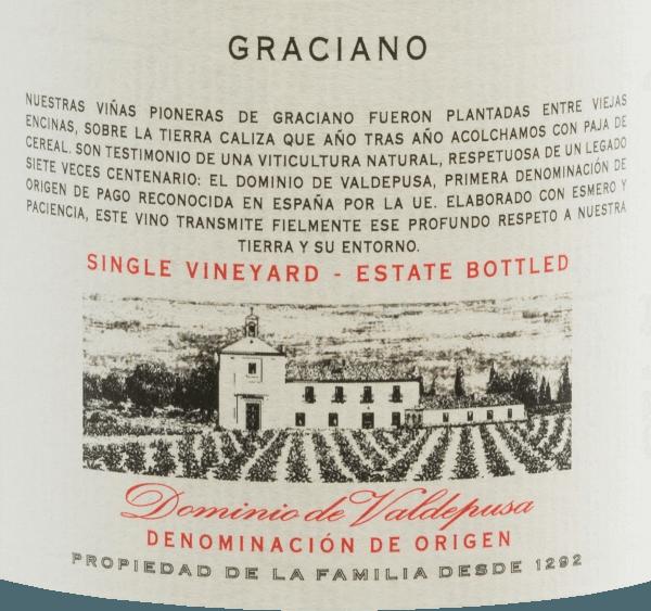 De Graciano van Marques de Grinon is een prachtige, zuivere rode wijn van de Spaanse D.O.Dominio de Valdepusa. In het glas schittert deze wijn met eendonker robijnrood. Het complexe bouquet onthult intense aroma's van rode en zwarte bosvruchten - vooral aardbeien en bramen - met fijne hints van vers citrusfruit. In de mond is deze Spaanse rode wijn goed gestructureerd en soepel. De tannines zijn mooi geïntegreerd en leiden naar een aanhoudende en lange afdronk. Vinificatie van deMarques de GrinonDominio de Valdepusa Graciano De met de hand geplukte Graciano druiven worden geteeld op 7-12 jaar oude wijnstokken op kalk- en klei-rijke bodems op een vlakke locatie. De druiven worden in september uitsluitend met de hand geoogst en geselecteerd. De druiven worden voorzichtig geperst in de kelder en de most wordt vergist in roestvrijstalen tanks. Na de gisting rijpt deze rode wijn in totaal 20 maanden in Franse eiken vaten. Aanbevolen voedsel voor deMarques de GrinonGraciano Deze droge rode wijn uit Spanje is een inspirerende solist met een groot rijpingspotentieel, zeer goed bij gerechten met rood vlees of een lamsbout. Geniet van deze wijn het beste decanteren in de tijd. Prijzen voor deDominio de ValdepusaGraciano Marques de Grinon Mundus Vini: Goud voor 2013 James Suckling: 93 punten voor 2012 The Wine Advocate: 91 punten voor 2012