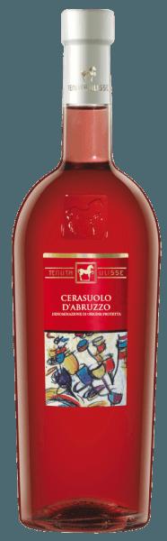 De ULISSE Cerasuolo d'Abruzzo DOC van Tenuta Ulisse verschijnt in het glas in een krachtig frambozenroze en streelt de neus met de sappige aroma's van rijpe frambozen en kersen. Dit boeket wordt afgerond met zachte bloemige hints. Deze Italiaanse rosé uit de Abruzzen begint in de mond met een animerende, zoete aanzet en herhaalt de heerlijke aroma's van frambozen en kersen. Op de lange afdronk maakt deze Montepulciano indruk met de hartige tonen van kruiden en een delicate hint van zoethout. De Cerasuolo d'Abruzzo verleidt met zijn goede structuur en zijn volle en fluweelachtige indruk. Vinificatie voor de ULISSE Cerasuolo d'Abruzzo DOC van Tenuta Ulisse De ULISSE-lijn bestaat uit raszuivere wijnen, die op indrukwekkende wijze bewijzen welke fantastische aroma's en smaken ontstaan wanneer autochtone druivenrassen groeien op de bodem die daarvoor ideaal is. Deze rosé wijn is gemaakt van 100% Montepulciano d'Abruzzo druiven. De oorsprong van deze druivensoort is nog niet helemaal opgehelderd, maar hij is altijd in de Abruzzen en in Midden- en Zuid-Italië geteeld geweest. Dankzij de passie van enkele wijnmakers behoren de druiven van Montepulciano d'Abruzzo vandaag tot de beste rode druiven. De selectieve handmatige oogst vindt plaats in containers van 10 kilo, gekoeld met droog ijs komen de druiven onbeschadigd aan in de wijnmakerij. Daar worden ze opnieuw geselecteerd om een absoluut gezonde oogst te garanderen. De druiven worden met stikstof binnen 3 minuten tot -5°C gekoeld. Dit breekt de celstructuur af en bevordert de extractie, wat het intense, fascinerende fris-fruitige aroma van deze wijn verklaart. De fermentatie vindt plaats onder gecontroleerde temperatuur in roestvrijstalen tanks en rijpt vervolgens in dezelfde tanks gedurende een periode van 3 maanden. Aanbevolen voedsel voor de ULISSE Cerasuolo d'Abruzzo DOC van Tenuta Ulisse Geniet van deze droge roséwijn bij gegrilde visgerechten, vissoep, wit vlees, worst en pizza. Onderscheidingen voor de ULISSE Cera