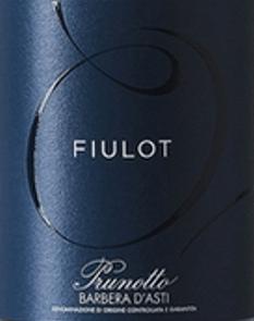 De Fiulot Barbera d'Asti DOCG van Prunotto schittert intens en levendig robijnrood in het glas. Deze Barbera presenteert zich met typische wijnachtige en fruitige aroma's van pruimen en kersen. In de mond bevalt hij met zijn mooie structuur, volle, zachte tannines en de typische zuurgraad van het ras zijn goed geïntegreerd en geven deze klassieke Piemontese rode wijn een jeugdig karakter. De afdronk is lang en fruitig. Vinificatie van de Fiulot Barbera d'Asti DOCG door Prunotto Voor deze single-varietal Barbera groeien de druiven in een wijngaard in Agliano d'Asti, op zeer lichte en losse bodems, rijk aan klei en kalkhoudende mergel, wat samen met moderne keldertechnieken het vineuze karakter en de geurige smaak van de Barbera Fiulot bevordert. Na de druivenoogst worden de druiven ontsteeld en geperst, waarna ze gedurende een week bij een gecontroleerde temperatuur op de schillen worden gemacereerd. Na het aftappen van de druivendraf worden de alcoholische en malolactische gisting volledig uitgevoerd vóór het begin van de winter. De wijn rijpt vervolgens enkele maanden in roestvrijstalen tanks alvorens te worden gebotteld en in het voorjaar te koop te worden aangeboden. Spijsadvies voor deFiulot Barbera d'Asti DOCG van Prunotto Geniet van deze sappige, jonge Piemontese rode wijn bij eenvoudige en traditionele gerechten uit de regionale traditie, vooral bij voorgerechten, risotto, polenta en pasta. Het wordt aanbevolen om het licht gekoeld te serveren op 11 tot 13°. Prijzen voor de Fiulot Barbera d'Asti DOCG van Prunotto I Vini di Veronelli: 87 punten voor 2016 Gambero Rosso: 1 glas voor 2015 James Suckling: 90 punten voor 2015 Vini Buoni d'Italia: 3 sterren voor 2015 Wine Spectator: 87 punten voor 2012 Bibenda: 3 druiven voor 2012