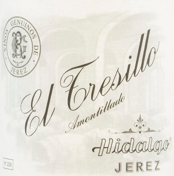 DeEl Tresillo Amontillado van Emilio Hidalgo uit het Sherry-teeltgebied D.O. Jerez in Andalusië, wordt uitsluitend gevinifieerd van Palomino Fino druiven. Een heldere mahoniekleur met glinsterende reflexen glinstert bij deze sherry in het glas. Het bouquet overtuigt met zijn veelzijdige aroma - vooral hazelnoten, walnoten en amandelen treden op de voorgrond en worden vergezeld door kruidige noten. In de mond presenteert deze sherry zich evenwichtig met een aanwezig, vol en krachtig karakter. Ook in de lange finale komen fijne nuances naar voren Vinificatie van de Emilio HidalgoEl Tresillo Amontillado De met de hand geplukte druiven worden ontsteeld, voorzichtig geperst en de resulterende most wordt gefermenteerd in roestvrijstalen tanks onder temperatuurcontrole. Deze jonge wijn wordt vervolgens afgetapt, versterkt en in Amerikaanse eiken vaten geplaatst voor een eerste rijping. De vaten worden slechts tot op zekere hoogte gevuld (maximaal 85%), zodat de karakteristieke flor (een gistlaag) zich kan ontwikkelen, die de wijn luchtdicht afsluit en hem het sherry-specifieke aroma geeft. Zodra de wijn is gerijpt, wordt hij overgebracht naar het traditionele solera-systeem, waarbij sherry's van hetzelfde type drie tot tien jaar in boven elkaar geplaatste vaten rijpen. De oudste wijnen worden opgeslagen in de onderste vaten (Solera), terwijl de jongste wijnen worden opgeslagen in de bovenste rijen (Criaderas). De sherry bestemd voor de verkoop wordt altijd uit de onderste vaten gehaald. Hier wordt echter slechts een klein deel (maximaal een derde) genomen en het genomen deel wordt vervolgens opgevuld met sherry uit de bovenste rijen. Dit principe wordt voortgezet tot in de bovenste vaten, waar jonge wijn, de Mosto, aan de sherry wordt toegevoegd. Aanbevolen voedsel voor deEl Tresillo HidalgoAmontillado Deze sherry uit Spanje past uitstekend bij gerechten met gezouten vlees of ook bij gebraden eend met knoedels en blauwe kool. Prijzen voor deEl Tresillo Amontillado van Emil
