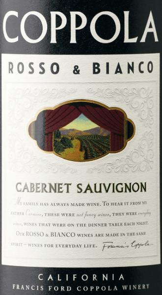 De Rosso & Bianco Cabernet Sauvignon van Francis Ford Coppola Winery presenteert zich in een donkere, paarse kleur. De Amerikaanse blend is samengesteld uit80% Cabernet Sauvignon en 20% Petite Syrah druiven - deze twee druivensoorten geven de rode wijn zijn fruitige karakter met kruidigheid en volheid. Verleidelijke tonen van kersen, donkere bessen en viooltjes spelen rond de neus. In de mond worden bramen en kersen vergezeld door toastaroma's en vanille, wat leidt tot een lange afdronk. Met zijn zijdeachtige textuur, gematigde tannines en volle body is het een uitstekend voorbeeld van Francis Ford Coppola wijnen. Spijsadvies voor de Francis Ford Coppola Rosso & Bianco Cabernet Sauvignon Geniet van deze rode wijn uit Californië bij pittige pastagerechten en gegrild vlees. Onderscheidingen voor deRosso & Bianco Cabernet Sauvignon International Wine & Spirits Competition (IWSC): Zilver voor 2014