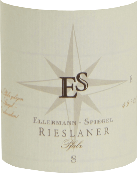 De Rieslaner Auslese van Ellermann-Spiegel in de Pfalz werd door Frank Spiegel gevinifieerd volgens alle regels van de kunst. Deze zoete wijn toont licht goudgeel in het glas en verleidt de neus met intense tropische aroma's van passievrucht en lychee, aangevuld met gekonfijt fruit en aromatische bloemen zoals acaciabloesem en jasmijn. In de mond is de Ellermann-Spiegel Rieslaner Auslese heerlijk aromatisch, complex, sappig en lang. Het vitale fruitzuur brengt de weelderige zoetheid perfect in balans en geeft de wijn een mooie lichtheid. Vinificatie van de Ellermann-Spiegel Rieslaner Auslese De Rieslaner Auslese van Ellermann-Spiegel werd gevinifieerd van druiven die perfect rijp waren op het moment dat de botrytis laat toesloeg en die bijzonder geconcentreerde aroma's en zoetheid vertoonden. De productie van zoete wijnen is een hoge kunst, die gepaard gaat met veel inspanning en risico. Het druivenmateriaal moet volledig rijp en gezond zijn, het klimaat optimaal en het kost tijd. Door het drogen van de bessen wordt de opbrengst tot een minimum beperkt, maar de bestanddelen en aroma's van de druiven worden geconcentreerd, wat resulteert in wijnen met een hoge concentratie en innerlijke dichtheid. Spijsadvies voor de Rieslaner Auslese van Ellermann-Spiegel Geniet van deze heerlijke en aromatische Rieslaner Auslese uit de Pfalz bij blauwe kaas, zoete fruitdesserts of ook bij foie gras. De druivensoort Rieslaner Rieslaner werd al in 1921 gekweekt als een kruising tussen Riesling en Silvaner, maar raakte daarna in vergetelheid en werd pas in 1950 herontdekt. Sinds het einde van de jaren vijftig is dit druivenras ingeschreven in de lijst van variëteiten. Rieslaner wordt tegenwoordig vooral in Franken en in de Pfalz verbouwd. Rieslaner heeft de neiging een hoge zuurgraad te hebben, daarom wordt hij bij voorkeur gevinifieerd als Spätlese of Auslese.