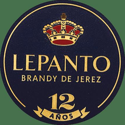DeLepanto Solera Gran Reserva van Gonzalez Byass uit de Spaanse wijnstreek DO Jerez wordt uitsluitend gedistilleerd uit de druivensoort Palomino Fino. Deze brandewijn schittert in het glas in een heldere topaas met oranje-gouden tinten. De neus onthult een elegant bouquet met subtiele tonen van rozijnen, noten, amandelen, vanille en karamel. De droge, rijpe en complexe smaak weerspiegelt de warme kruidige aroma's van het bouquet en wordt bekroond door een lange en fluweelzachte afdronk. Vinificatie van de Byass Solera Gran Serva Lepanto Alleen geselecteerde, beste Palomino Fino druiven worden gebruikt voor deze brandewijn en geperst in de wijnkelder vanBodega Los Arcos. De fijne most wordt snel gefermenteerd en vervolgens dubbel gedistilleerd in koperen distilleertoestellen. De koperen distilleerketels zijn tweeoriginele Alambics Charentais met een volume van 25hl. Alleen de fijne eau-de-vie met65 tot 72 volumeprocent wordt gebruikt voor deze brandewijn en wordt in hetsolera- en criadera-systeem geplaatst voor een totaal van 12 jaar. Het gaat om houten vaten van 600 liter, gemaakt van Amerikaans eikenhout, die ook worden gebruikt voor de productie van sherry. Gedurende 9 jaar rijpt deze brandy invoormalige Tío Pepe vaten - de resterende 3 jaar inMatusalem Cream Sherry vaten. Serveeradvies voor de Lepanto Solera Gran Reserva Geniet van deze Brandy de Jerez als een mooie afsluiting van een gezellige maaltijd, of ook bij pittige blauwe kaas. Maar ook puur (graag ook op ijs) is deze brandewijn een genot.