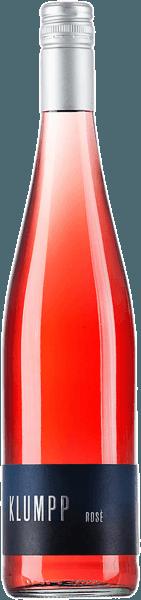 De Cuvée Rosé van Weingut Klumpp openbaart zich in het glas in een krachtige rosé en verleidt met de delicate aroma's van aardbeien, kersen en grenadine In de mond presenteert deze cuvée zich subtiel sappig met animerend fruit, dat opnieuw kersen en grenadine onthult. Krachtig en met een stevige body, inspireert deze levendige rosé wijn met een hint van restzoetheid Vinificatie van de Klumpp Cuvée Rosé Deze cuvée wordt gevinifieerd van de druivensoorten Lemberger, St.Laurent, Pinot Noir en Cabernet Sauvignon. De druiven van deze druivenrassen zijn afkomstig van biologisch-dynamische teelt. Spijsadvies voor de Klumpp Cuvée Rosé Geniet van deze droge rosé bij zomerse salades tijdens een picknick of barbecue.