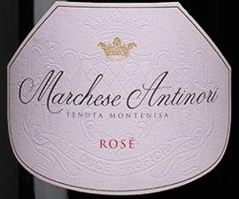 """De Marchese Antinori Rosé Franciacorta DOCG van Tenuta Montenisa van de Marchesi Antinori schittert delicaat uienschilkleuren in het glas, de fijne en persistente perlage vormt een elegante romige schuimrand. In de neus is er een lichte geur van gedroogde wilde bloemen, en in de mond bekoort deze Rosé Franciacorta met zijn perfecte balans tussen frisheid en structuur, eindigend in een opmerkelijk harmonieuze en elegante lange afdronk. Vinificatie van de Marchese Antinori Rosé Franciacorta DOCG van Tenuta Montenisa De Rosé Franciacorta behoort tot de """"Classici"""" lijn van Tenuta Montenisa. Voor deze Spumante wordt alleen Pinot Noir van de eigen wijngaarden van het domein gevinifieerd. De jonge most ondergaat een alcoholische gisting in roestvrijstalen tanks, gevolgd door een malolactische gisting in de fles op de fijne droesem gedurende een periode van 24 maanden. Spijsaanbevelingen voor de Marchese Antinori Rosé Franciacorta DOCG van Tenuta Montenisa Geniet van deze harmonieuze en evenwichtige rosé als ideale begeleider van voorgerechten, schelpdieren, wit vlees. Probeer deze mooie Spumante maar ook graag desserts met wilde bessen en bitterzoete chocolade."""