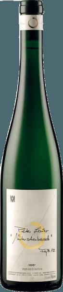 De Riesling Faß 12 Unterstenberg van het wijnhuis Peter Lauer schittert in het glas in een intens strogeel met gouden reflecties en verspreidt zijn racy en krachtig bouquet. Deze betovert met aroma's van gele vruchten van pit- en steenvruchten, citrusvruchten en met aardse nuances. Deze Riesling uit het Saar-bouwgebied is veelzijdig, elegant en geconcentreerd in de mond met veel versmelting, een fijne leisteenmineraliteit en gaat over in een lange afdronk met een levendige zuurgraad. Vinificatie voor de RieslingVat 12 Unterstenberg van de Peter Lauer Winery Deze wijn werd spontaan vergist, lange tijd in het vat bewaard op de fijne droesem en van tijd tot tijd omgeroerd. Dit geeft deze Riesling een romige en sappige volheid. Spijsadvies voor de Riesling Faß 12 Unterstenberg van Weingut Peter Lauer Geniet van deze fijnzure witte wijn als aperitief of bij kruidige en Aziatische gerechten. Onderscheidingen voor de Riesling Faß 12 Unterstenberg van het wijnhuis Peter Lauer Jancis Robinson: 16,5 punten (jaargang 2015) Robert Parker / The Wine Advocate: 92-94 punten (jaargang 2014) Jancis Robinson: 17 punten (jaargang 2013) Gault Milllau: 92 punten (oogstjaar 2012)