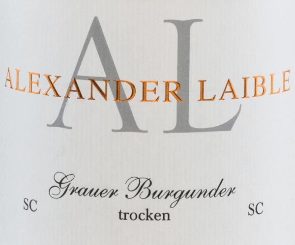 Uit het teeltgebied Baden komt de krachtige, rassigePinot Gris SC van Alexander Laible. In het glas glinstert deze wijn van een delicaat goudgeel met lichtgele accenten. De neus onthult intense aroma's van steenfruit - duidelijk op de voorgrond staan rijpe peren en knapperige appels. In de mond heeft deze Duitse witte wijn een krachtige en expressieve persoonlijkheid met een verrukkelijke rijkdom aan fruit. De fascinerende zuurgraad harmonieert wonderwel met de smeltende textuur. De afdronk overtuigt met een prachtige, aanhoudende lengte. Spijsadvies voor de Alexander LaiblePinot Gris SC Deze droge witte wijn uit Duitsland past perfect bij frisse zomerse salades, gerechten met gevogelte of zelfs bij milde kazen.