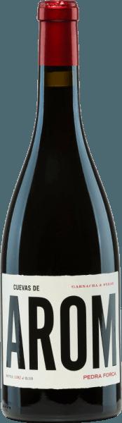 Van het wijngebied D.O. Campo de Borja komt dePedra Forca van Cuevas de Arom. Hier komen de druivensoorten Garnacha Tinta (60%) en Syrah (40%) samen tot een prachtige, Spaanse rode wijn cuvée. In het glas glinstert een donker robijnrood met kersenrode reflexen. Het aantrekkelijke bouquet onthult onmiddellijk expressieve aroma's van rode bessen (framboos, aardbei en rode bes) in combinatie met levendige florale tonen. In de mond is deze Spaanse rode wijn verfrissend levendig met een sappige body en toont hij opnieuw de bessenaroma's. De afdronk is aangenaam lang en wordt geaccentueerd door florale nuances. Vinificatie van deCuevas de AromPedra Forca De druiven voor deze rode wijn groeien aan 25 jaar oude wijnstokken in het noorden. De druiven worden zorgvuldig met de hand geoogst en onmiddellijk naar de wijnkelder gebracht. Daar worden de druiven geselecteerd, voorzichtig geperst en het resulterende beslag wordt bij een gecontroleerde temperatuur gefermenteerd in cementtanks. Daaronder rust deze rode wijn enige tijd alvorens licht gefilterd en gebotteld te worden. Aanbevolen voedsel voor dePedra Forca van Cuevas de Arom Geniet van deze droge rode wijn uit Spanje licht gekoeld op gezellige barbecue-avonden met familie en vrienden.