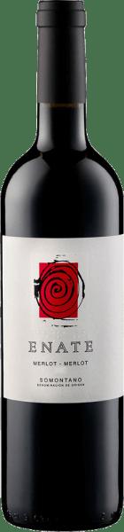 De Merlot van Enate presenteert zich in het glas in een diepe donkere bramentoon met een geconcentreerd en meerlagig bouquet. Deze wordt gekenmerkt door de aroma's van bramen, koffie en chocolade. Deze Spaanse rode wijn uit de Somontano streek heeft een buitengewone volheid en substantie in de mond en mondt uit in een lange en indrukwekkende afdronk. Spijsadvies voor de Merlot Merlot van Enate Geniet van deze droge rode wijn bij lamsvlees en wild, krachtige gerechten met varkensvlees en rundvlees, gegrild vlees of sterke kazen. Onderscheidingen voor de Merlot Merlot van Enate Guia Penin: 93 punten (jaargangen 2012, 2010) Guia Penin: 92 punten (jaargangen 2009, 2008) Sélections Mondiales des Vins: Goud (wijnjaar 2007) Het kunstwerk dat op het etiket van de Enate Merlot-Merlot wijn is afgebeeld, is van de kunstenaar Frederic Amat.
