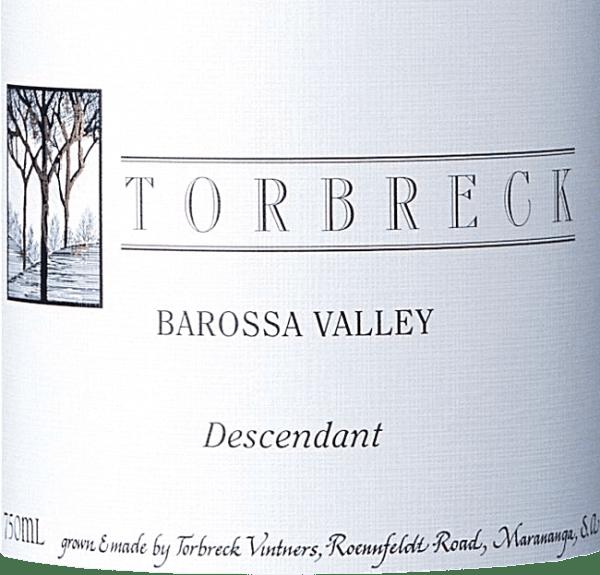 """DeThe Descendant van Torbreck is een uitstekende cuvée van rode wijn met Shiraz (92%) en Viognier (8%). Vertaald betekent de naam """"de nakomeling"""". Omdat deze rode wijn de erfenis is van de Torbreck RunRig rode wijn - de wijngaard is beplant met stekken van de oude RunRig en deze wijn is gerijpt in vaten, die vroeger voor de RunRig werden gebruikt. In het glas presenteert de Torbreck Descendant zich in een diep donker robijnrood met violette reflecties. Het bouquet ontvouwt intense aroma's van rijpe bramen, die worden onderstreept door geroosterde nuances. Daarnaast bloemige noten van viooltjes en lavendel. In de mond presenteert deze Australische rode wijn zich met een elegant en krachtig karakter, dat wordt gedragen door bessenaroma's. De zijdezachte, rijpe textuur gaat gepaard met een evenwichtige tanninestructuur in de lang aanhoudende afdronk. Vinificatie van de Torbreck De Afstammeling De wijnstokken voor deze rode wijn staan op de wijngaard inMarananga. Na de oogst worden de Shiraz- en Viognierdruiven geselecteerd en ontsteeld in de wijnmakerij. Daarna worden beide druivensoorten samen vergist in roestvrijstalen tanks. De daaropvolgende rijping vindt plaats gedurende in totaal 20 maanden in Franse eiken vaten. Aanbevolen voedsel voor de Descendant Shiraz Viognier van Torbreck Deze droge rode wijn uit Australië is de perfecte begeleider van pittige goulash met Boheemse knoedels en rode kool, lamsvlees uit de oven met bonen of ook van kalfslever met gestoofde uien. Onderscheidingen voor The Descendant from Torbreck Robert M. Parker - The Wine Advocate: 93 punten voor 2015 James Halliday: 97 punten voor 2015 James Suckling: 95 punten voor 2015 James Halliday: 96 punten voor 2006 Stephen Tanzer: 93 punten voor 2006 Robert M. Parker: 95 punten voor 2006"""