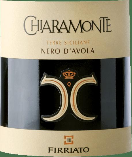 De Chiaramonte Nero d'Avola van Firriato presenteert zich in een krachtige, robijnrode kleur met licht violette tinten en onthult aan de neus eengeurige, heldere fruitigheid, die wordt gedomineerd door pruimen, bramen, zwarte kersen en bosbessen. Wanneer de aroma's van het bouquet verder worden gevolgd, komen daar kruidige tonen van kruidnagel, zwarte peper, zoethout, pure chocolade en oosterse specerijen bij. In de mond combineert de Firriato Chiaramonte Nero d'Avola op prachtige wijze de kracht die hij van de Siciliaanse zon heeft gekregen met expressieve zachtheid. Deze rode wijn uit het diepste zuiden van Italië onthult een diep, flatteus en tegelijkertijd uitgesproken karakter, dat wordt onderstreept door zijdezachte en aansprekende tannines. Vinificatie van deChiaramonte Nero d'Avola door Firriato De druiven voor deze klassieker onder de rode wijnen van Sicilië worden direct na de oogst voorzichtig geperst en vergist in roestvrijstalen tanks.Na de gisting rijpt de Chiaramonte Nero d'Avola 6 maanden in Amerikaanse eiken vaten en vervolgens nog eens 3 maanden in de fles. Zo kan het zichzelf perfect verfijnen. Spijsadvies voor de Firriato Chiaramonte Nero d'Avola Wij raden deze rode wijn uit Sicilië aan bij pasta's met vlees- of tomatensauzen of bij klassieke Zuid-Italiaanse pizza's. Onderscheidingen voor de Chiaramonte Nero d'Avola James Suckling: 93 punten voor 2015 International Wine Report: 92 punten voor 2015
