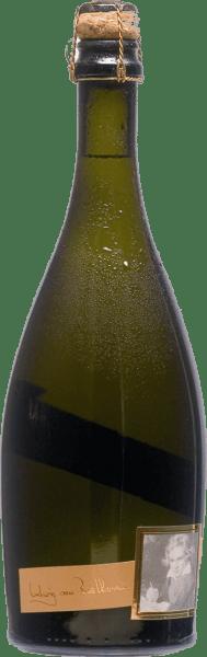De elegante Riesling Sekt Brut Beethoven van het huis Geschwister Köwerich schittert met een helder lichtgeel in het glas. De perlage van deze mousserende wijn is vitaal en houdt lang aan in het glas. Geschonken in een mousserend wijnglas onthult deze mousserende wijn uit Duitsland heerlijk expressieve aroma's van sinaasappel, pomelo, citroen en grapefruit, afgerond door andere fruitige nuances Deze wijn inspireert met zijn elegante droge smaak. Hij werd gebracht met slechts 9,4 gram restsuiker op de fles. Hier is het een echte kwaliteitswijn, die zich duidelijk onderscheidt van eenvoudiger kwaliteiten en zo betovert deze Duitse wijn op natuurlijke wijze met alle droogheid met het fijnste evenwicht. Smaak heeft niet noodzakelijk veel suiker nodig. Door zijn kernachtige fruitzuren presenteert de Riesling Sekt Brut Beethoven zich heerlijk fris en levendig in de mond. De finale van deze mousserende wijn uit het wijnbouwgebied Mosel boeit met een prachtige nagalm. Vinificatie van de Riesling Sekt Brut Beethoven van Geschwister Köwerich Deze mousserende wijn is duidelijk gericht op één druivensoort, namelijk Riesling. Alleen eersteklas druiven werden gebruikt voor deze uitzonderlijk evenwichtige single-varietal wijn van Geschwister Köwerich. Na de handoogst worden de druiven snel naar de perserij gebracht. Hier worden ze geselecteerd en zorgvuldig vermalen. Hierna volgt de gisting van de basiswijnen. Spijsadvies voor de Riesling Sekt Brut Beethoven van Geschwister Köwerich Deze Duitse wijn wordt het best goed gekoeld gedronken bij 8 - 10°C. Hij is perfect als begeleidende wijn bij feestelijke gelegenheden.