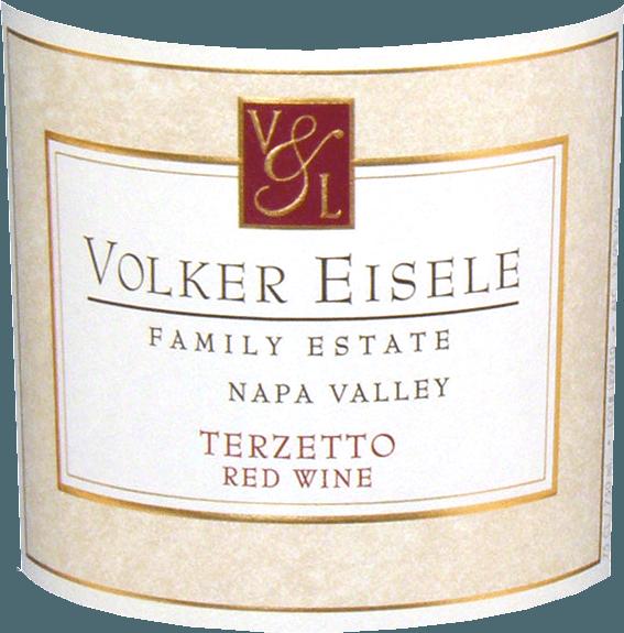 DeTerzetto van Volker Eisele is een fruitige rode wijn cuvée van Cabernet Sauvignon (33%), Cabernet Franc (33%) en Merlot (33%).  Deze rode wijn staat voor de vinificatie van drie klassieke druivenrassen uit de Bordeaux - waarvan geen enkel het andere druivenras mag overheersen. In het glas heeft deze wijn een diep donker robijnrode kleur. Het bouquet onthult complexe tonen van rijpe aardbeien en sappige zwarte kersen. In de mond worden de aroma's van de neus aangevuld met zoete vanille en houtachtige hints. De tannines zijn heerlijk zacht en harmoniëren perfect met de fruitaroma's. Deze rode wijn overtuigt met zijn evenwichtige, complexe karakter, dat uitmondt in een lange afdronk. Vinifcatie van de Volker EiseleTerzetto De druiven van de afzonderlijke druivenrassen (Cabernet Sauvignon, Cabernet Franc en Merlot) zijn afkomstig van verschillende percelen van de Chiles Valley-wijngaard Na de zorgvuldige oogst worden de druiven afzonderlijk vergist in roestvrijstalen tanks. De vanille en houtachtige nuances zijn afkomstig van de 24 maanden lange rijping in Franse eiken vaten (Ailler en Troncais). Deze wijn is slechts licht gefilterd. Spijsadvies voor deTerzettovan Volker Eisele Family Estate Deze droge rode wijn uit Californië is een prima begeleider bij barbecues met gegrilde maïskolf en sappige steaks met kruidenboter, maar ook bij feestelijk gebraad een waar genoegen. Onderscheidingen voor de Volker EiseleTerzetto Wine Enthusiast: 94 punten voor 2012 Robert M. Parker: 91 punten voor 2012