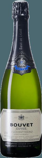 De Bouvet Saphir Saumur Brut Vintage van Bouvet Ladubay schittert lichtgeel met delicate groene reflecties in het glas. De perlage is erg fijn. In de neus toont de Bouvet Saphir veel witvlezige perzik, citrusnuances en fijne hints van lindebloesem. In de mond wordt deze Franse mousserende wijn gevolgd door een frisse, fruitige smaak waarin groene appel en witte perzik zijn ingebed. Deze crémant van een klasse apart onthult een volle body met een uitstekend gestructureerde zuurgraad. Bijzonder goed geschikt als aperitief of als afsluiting van een maaltijd. De Bouvet Saphir is een Brut Crémant die op geen enkel moment onaangenaam is. Elegant en heerlijk - voor alle mooie momenten in het leven. Vinificatie van de Bouvet Saphir Crémant Magnum Zoals elke goede Crémant wordt ook de Saphir geproduceerd in klassieke flesgisting. De cuvée van Chardonnay en Chenin Blanc rijpt na de flesgisting nog enkele maanden in de uitgebreide kelders van Bouvet Ladubay, tot de fles uiteindelijk wordt gedegorgeerd en de Saphir Brut in de handel komt. Spijsadvies voor de Magnum Bouvet Saphir Brut Geniet van de Bouvet Saphir Brut bij visgerechten, oesters, gegrilde garnalen, maar ook bij gepocheerd gevogelte en andere witvleesschotels.