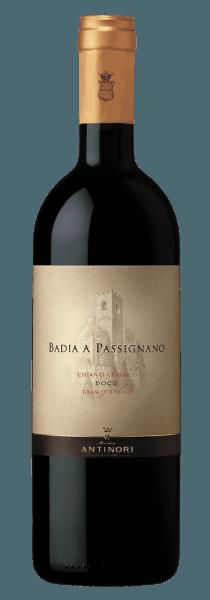 De Chianti Classico Gran Selezione DOCG van Tenuta Badia a Passignano schittert in een prachtig robijnrood met violet reflecties in het glas, op de neus presenteert hij karakteristieke, rassige aroma's met een intense en krachtige fruitige noot. Kersen en zure kersen domineren met duidelijke hints van wilde bessen en tropisch fruit. In de mond is deze rode wijn uit Toscane heerlijk evenwichtig en innemend, met rijpe, ronde en fluweelzachte tannines, een volle body en een zachte textuur. De afdronk is smakelijk, levendig en met een lange nagalm. Vinificatie van de Chianti Classico Gran Selezione DOCG van Badia a Passignano Voor deze unieke en enige wijn van de Tenuta Badia a Passignano van de familie Antinori wordt alleen een selectie van de beste Sangiovese druiven van de gelijknamige wijngaard in het hart van het Chianti Classico gebied gevinifieerd. Na de handmatige oogst en ontstening worden de 100% Sangiovese druiven zorgvuldig geselecteerd en vervolgens voorzichtig geperst. De druiven worden afzonderlijk gevinifieerd volgens de wijngaarden waarvan ze zijn geoogst. Na de alcoholische gisting na 10 dagen, macereren de mosten op de schillen gedurende nog eens 10 tot 12 dagen. De wijnen worden vervolgens overgebracht in houten vaten waar tot het einde van het jaar malolactische gisting plaatsvindt. Ten slotte worden de wijnen, afhankelijk van de herkomst van de wijngaarden, gedurende 12 maanden gerijpt in Hongaarse eiken barriques. Tijdens deze fase worden de wijnen voortdurend geproefd en gecontroleerd om hun evolutie op hout te optimaliseren, en aan het einde van het rijpingsproces worden de wijnen gemengd, gebotteld en in flesopslag verder gerijpt. Badia a Passignano Chianti Classico Gran Selezione DOCG wordt alleen geproduceerd in de beste wijnjaren en van de beste druiven die voor dit doel zijn geselecteerd. Het gebied staat al sinds het jaar 1000 bekend om zijn wijnproductie. De wijngaarden staan op zeer kalkrijke bodems afgewisseld met klei op ongeveer 300 m