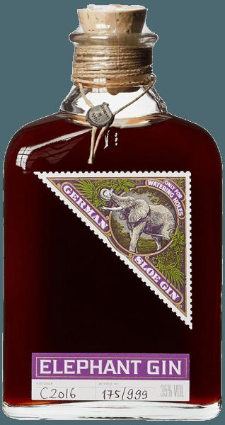 De Elephant Sloe Gin van Elephant Gin combineert twee zielen: de smaak van de Elephant London Dry Gin met de typische aroma's van vers geoogste sleepruimen. in het glas vertoont deze gin een intense, donkerrode kleur, die van nature troebel is door de minuscule zwevende stoffen en de pulp van de sleepruimen. Het bouquet is uitgesproken rond en fruitig-zoetig. In de mond is de smaak mild, fruitig-kruidig zoals sleepruimen, maar niet te zoet, gedragen door een relatief hoog alcoholgehalte. Productie van Elephant Sloe Gin door Elephant Gin Voor deze ongewone fruitige gin wordt alleen vers fruit van hoge kwaliteit gebruikt, dat met de hand wordt geoogst en zorgvuldig wordt geselecteerd. Nadat de schil van de sloes met een mes is ingesneden, macereren de vruchten in Elephant London Dry Gin. Hierdoor komen kleurstoffen en aroma's van het fruit vrij, waardoor het mild kruidige bouquet met het typische sleepruimenaroma zich ontwikkelt. Om het evenwicht tussen de zure en zoete smaken te bereiken, wordt slechts zoveel suiker toegevoegd als nodig is. Er worden geen kunstmatige smaakstoffen toegevoegd. De Elephant Sloe Gin wordt niet gefilterd, veel natuurlijke aroma's blijven behouden en de gin krijgt zijn natuurlijk troebele karakter. The Elephant Sloe Gin is beperkt tot 999 flessen per batch, de productie is onderhevig aan constante kwaliteitscontroles. De hoge kwaliteit, evenals de afwerking, volgt het vertrouwde ontwerp van Elephant Gins, met handgeletterd etiket, handgedraaid koord, natuurlijke kurk en loden zegel. Serveeradvies voor de Elephant Sloe Gin van Elephant Gin Deze fruitige en kruidige Sloe Gin wordt het best puur gedronken. Door zijn lage zoetheid en het relatief hoge alcoholgehalte is deze gin ook zeer geschikt voor cocktails.