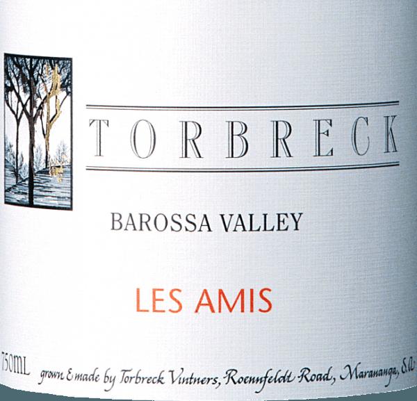DeLes Amis van Torbreck is een single-varietal rode topwijn van het druivenras Grenache. Deze Australische wijn overtuigt nu al met zijn krachtige, diepdonkere rood in het glas. Het bouquet is ongelooflijk gelaagd en complex: aroma's van witte bloesem, rook en geroosterde kruiden ontvouwen zich - gevolgd door rijpe zwarte kersen met filigrane aardse hints. Het gehemelte heeft een rond, vol karakter met een aangename kruidigheid. De frisse zuurgraad biedt een perfect samenspel met de heerlijk rijpe tannines. De afdronk heeft een uitstekende lengte. Vinificatie van de Torbreck Les Amis Door de aanmoediging van wijnexpert Ignatius Chan vinifieert Dave Powell deze eersteklas rode wijn nu uitsluitend in nieuwe barrique vaten - deze vinificatie komt niet overeen met enige traditie. De druiven zijn afkomstig van een speciaal perceel van deSeppeltsfield wijngaard in de Barossa Valley. De Grenache wijnstokken werden geplant in 1901. Na een zorgvuldige handmatige oogst worden de druiven onmiddellijk naar de wijnmakerij gebracht. Daar wordt de most gedurende 7 dagen in cementen vaten vergist. Vervolgens wordt deze rode wijn met behulp van korfpersen direct geperst in barriques van Frans eikenhout (100% nieuw). De houtrijping vindt plaats gedurende in totaal 22 maanden. Spijsadvies voor de Les Amis Torbreck Grenache Deze droge rode wijn uit Australië is een waar genot bij gebraden hertenvlees met veenbessen, speenvarken vers van de open grill of bij geselecteerde kazen. Onderscheidingen voor de Grenache Les Amis van Torbreck Robert M. Parker: 97 punten voor 2013 The Wine Enthusiast: 95 punten en top 100 voor 2013 Wine Spectator: 90 punten voor 2013