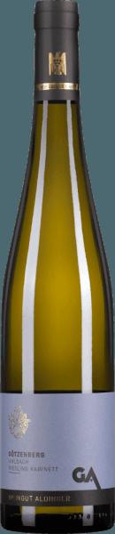 De Uhlbacher Götzenberg Riesling Kabinett van Weingut Aldinger komt van een Grote VDP-locatie, het hoogste kwaliteitsniveau dat de Vereniging van Duitse Prädikat-wijngoederen kent. Deze zoete topwijn komt in het glas met een heldere citrusgele kleur. De neus van deze voortreffelijke witte wijn bekoort met hints van kweepeer, witte wijngaardperzik en frisse limoen. Minerale en florale nuances ronden het bouquet van deze uitzonderlijke Kabinett af. In de mond onthult de Aldingers Riesling Kabinett van de Uhlbacher Götzenberg een ongelooflijke lichtheid, gecombineerd met een buitengewoon spel van zoetheid en zuurheid. Een grote witte wijn die op indrukwekkende wijze de ongelooflijke kwaliteiten van een lichtvoetige Kabinett laat zien. Vinificatie van de Aldinger Uhlbacher Götzenberg Riesling Kabinett Deze Riesling Kabinett van de Grote VDP-locatie Uhlbacher Götzenberg is geworteld in eersteklas zandsteenbodems met kalksteenafzettingen. Na de oogst worden de rieslingdruiven in grote houten vaten vergist bij 12-14°C in een koele omgeving. Spijsaanbevelingen voor de Götzenberg Riesling Kabinett van Aldinger Geniet van deze uitzonderlijke Kabinett Riesling bij fruitige desserts, zachte kazen of pittige Thaise curry's. Onderscheidingen voor de Götzenberg Kabinett Riesling van Aldinger Falstaff: 91 punten voor 2018 Falstaff: 90 punten voor 2017