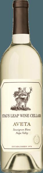 DeAveta Sauvignon Blanc van Stag's Leap Wine Cellars in het Amerikaanse wijnbouwgebied Napa Valley is een frisse en levendige witte wijncuvée die de druivensoorten Sauvignon Blanc (86%), Sauvignon Musque (10%), Semillon (3%) en Muscat (1%) combineert. In het glas glinstert deze wijn helder citroengeel met sprankelende accenten. Het expressieve bouquet onthult frisse aroma's van rijpe mandarijnen, sappige nectarines, citroengras en een vegetale hint van vers gemaaid gras. Met een vitale en frisse body overtuigt deze Amerikaanse witte wijn het gehemelte. Tonen van zongerijpt citrusfruit en nuances van sinaasappelbloesem versmelten met de aanwezige zuurgraad, die aanhoudt tot in de lange afdronk. Vinificatie van de Stag's Leap Sauvignon Blanc Aveta De druiven voor deze witte wijn zijn afkomstig van verschillende wijngaarden in de Napa Valley. De druiven worden van eind augustus tot half september zorgvuldig met de hand geoogst en naar de wijnmakerij van Stag's Leap gebracht. De most wordt bij koelere temperaturen vergist in roestvrijstalen tanks (52%), eiken vaten (47%) en betonnen tanks (1%). Deze wijn rijpt vervolgens nog 6 maanden en wordt op zijn droesem (sur lie) in Franse eiken vaten gerijpt. Tijdens dit proces wordt de most om de twee weken omgeroerd. Aanbevolen voedsel voor de Sauvignon Aveta Stag's Leap Geniet van deze droge witte wijn uit de VS bij vis in een fijn korstje van citroen en kruiden, verse mosselen in een bouillon van witte wijn of gegrilde zeevruchten met een knapperige salade.