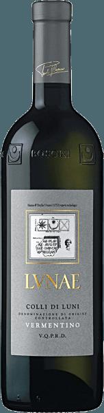 De Etichetta Grigia Colli di Luni Vermentino van Lunae is een van de vlaggenschepen van het huis Lunae en een gerenommeerde wijn met een complex karakter. Een bijzonder evenwicht tussen structuur en frisheid kenmerkt deze bekende wijn. Deze Vermentino van Lunae behaagt met een strogele kleur met jeugdige groene reflexen. Zijn intense, aanhoudende en fijne bouquet getuigt van een grote elegantie. Hints van meidoorn, grapefruit, Rennette appel en witte perzik, vergezeld van een aangename ondertoon van acaciahoning, bedwelmen de zintuigen. In de mond is Lunae's Etichetta Grigia Colli di Luni Vermentino fris, harmonieus en beloont met een interessante smaakevolutie van brembloesem naar vers fruit, die uitmondt in een heerlijk evenwichtige afdronk. Feiten over de teelt en rijping van deEtichetta Grigia Vermentino Colli di Luni DOC De wijngaarden van Lunae strekken zich uit over 45 hectare in de streek Colli di Luni, in de gemeenten Castelnuovo Magra en Ortonovo. De Apuaanse Alpen beschermen de wijngaarden tegen koude noordenwinden, terwijl de zee zorgt voor een goede luchtcirculatie en opmerkelijk evenwichtige temperaturen. De samenstelling van de bodem is geologisch zeer gevarieerd. In de bergen en uitlopers overheersen rijke skeletbodems van middelmatige textuur. De vlakten daarentegen zijn gebaseerd op klei- en slibgronden. De wijnstokken worden geleid volgens het Guyot-systeem, met 4000 wijnstokken per hectare. Na de oogst worden de druiven ontsteeld, gekneusd en gemacereerd. Na een korte maceratieperiode wordt de most geperst en vergist in stalen tanks onder temperatuurcontrole met zuivere gisten. Na de gisting rijpt de wijn enkele maanden in stalen tanks alvorens te worden gebotteld. Aanbevolen voedsel voor de EtichettaGrigia Vermentino Colli di Luni DOC Serveer deze expressieve witte wijn uit Ligurië bij traditionele Ligurische gerechten zoals testarolo (pannenkoek) met champignons, gevulde pasta op Ligurische wijze en taarten gevuld met ansjovis en inktvis. Of pr