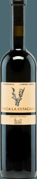 De kersenrode kleur van de Finca la Estacada 6 Meses Robleschittert met paarse reflecties in het glas. Het weelderige bouquet biedt rijp fruit zoals pruimen, kersen en bramen, delicate tonen van nieuw hout en kruidige nuances van witte peper. Deze single-varietal wijn is vlezig, aangrijpend, krachtig en tegelijkertijd elegant in de mond. Een fruitige, sappige smaak en lichtzoete tannines omhullen en nestelen het gehemelte voordat deze Spaanse rode wijn uitmondt in een middellange afdronk. Vinificatie van de 6 MesesFinca la Estacada Roble Na de oogst van de druiven van de wijnmakerij Finca La Estacada werden ze ontsteeld, gekneusd en vergist in roestvrijstalen tanks onder temperatuurcontrole. Daarna wordt het beslag geperst en de resulterende wijn wordt gedurende zes maanden in Amerikaanse eiken vaten gerijpt. Aanbevolen voedsel voor de6 Meses Roble vanFinca la Estacada Deze droge rode wijn uit Spanje is een ideale begeleider van tapas, pasta's met donkere en vlezige sauzen, pizza, geroosterde of gegrilde vleesgerechten, en halfrijpe harde kazen.